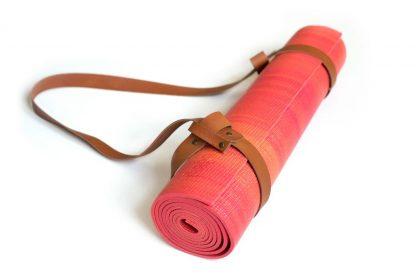 yogamat rood met cognac leren strap